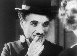 Charles Chaplin con una flor en la boca